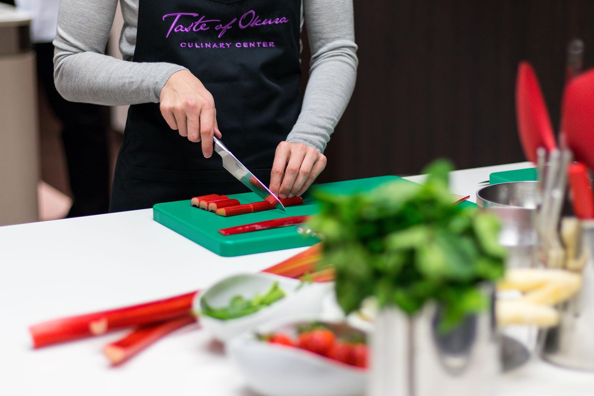Cutting during workshop Taste of Okura