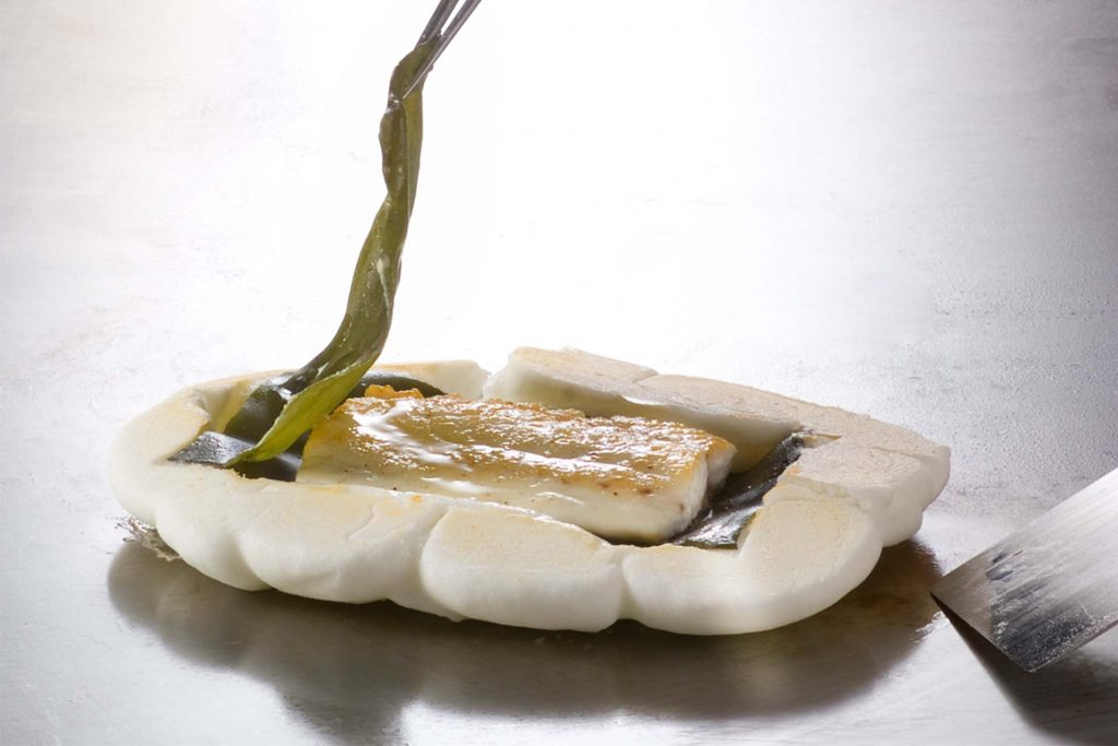 Recipe: Steamed sea bream in a sea salt case with leek sauce (4 persons)